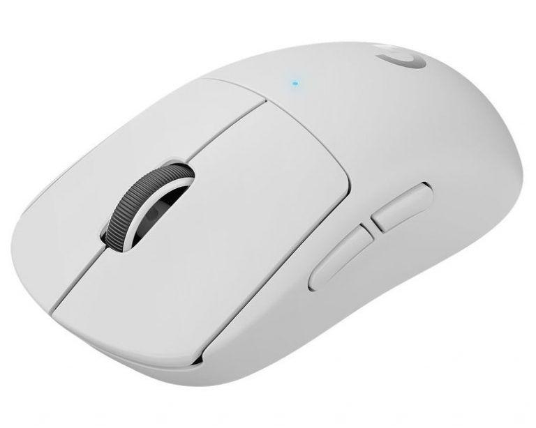 Den vita versionen av Logitech G Pro X Superlight. En otroligt lätt datormus för gaming och bäst i test 2021 hos oss av trådlösa gamingmöss.