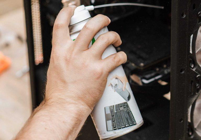 Tryckluft på burk som hjälper till och rengör och städar tangentbord på ett effektivt sätt.