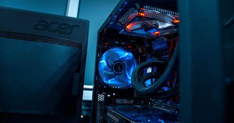 Bild som visar en bra gamingdator med en snygg design. En introduktionsbild till vårt bäst i test av stationära gamingdatorer 2021.