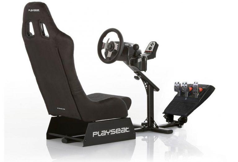 Playseat Evolution snett bakifrån med gamingratt och pedaler monterat för att visa hur det kan se ut. Bäst i test av racingstolar för bilspel 2021.