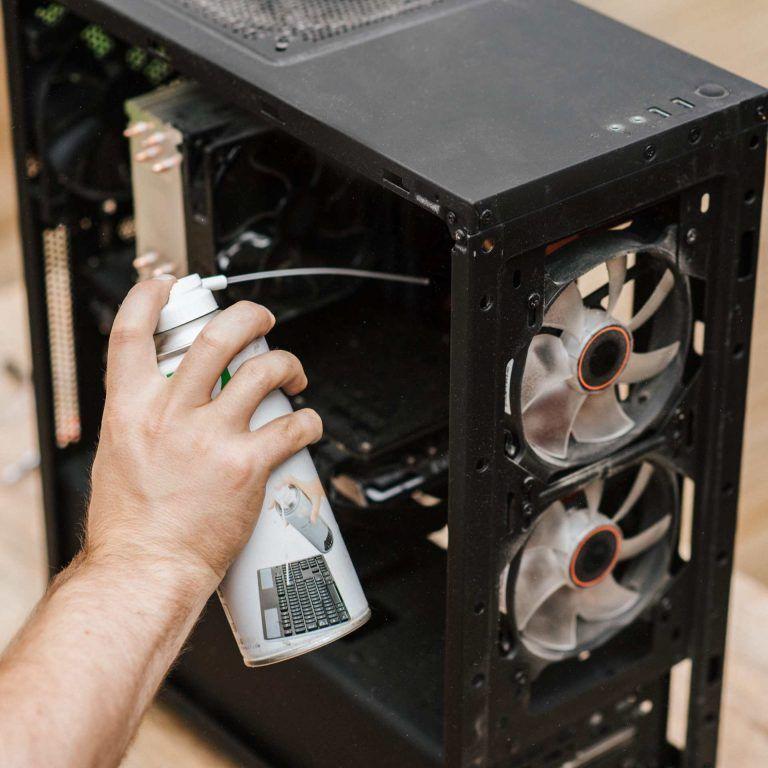 Rengöra och städa ur datorn invändigt med tryckluft.