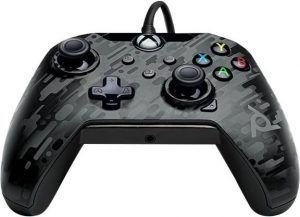 Den trådade kontrollen PDP Wired Controller liggandes ner. En billig och prisvärd handkontroll för Xbox.
