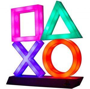 En PlayStation lampa med ikonerna från handkontrollen. En häftig och cool inredning i ett gamingrum.