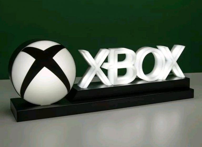 En Xbox lampa som är en riktigt frän inredning i ett gamingrum för konsolspelare.