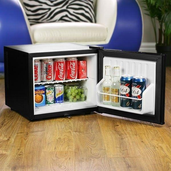Chillquiet Minikylskåp är ett suveränt kylskåp att ha på kontoret eller i gamingrummet. Klockren att ge som julklapp till en gamer.