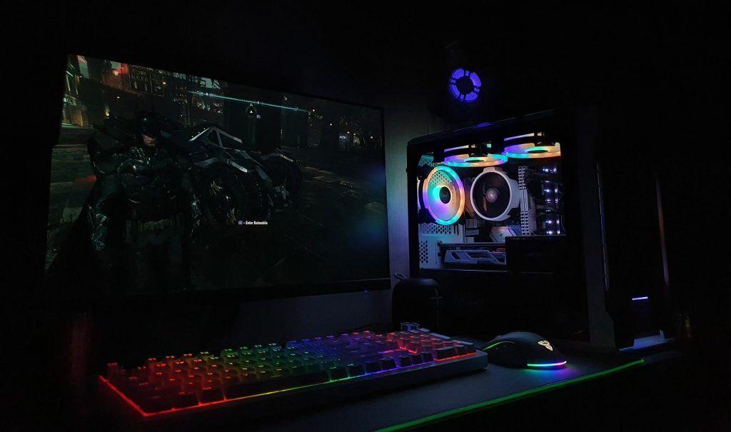 En gaming setup med olika gaming saker. Kanske inte världens bästa gaming setup, men likväl en riktigt bra gaming setup.