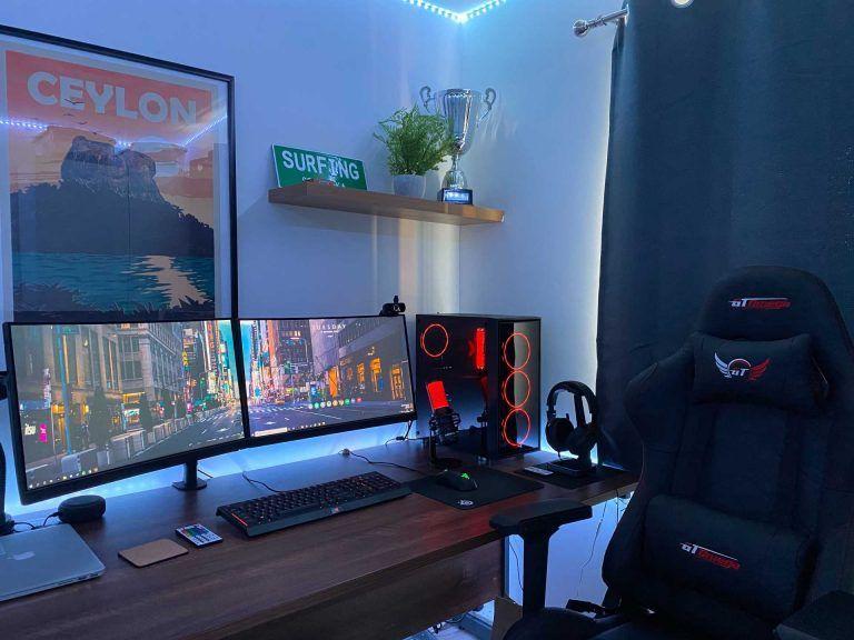En komplett gamingsetup med två skärmar. En komplett gaming setup med bord, stol osv.