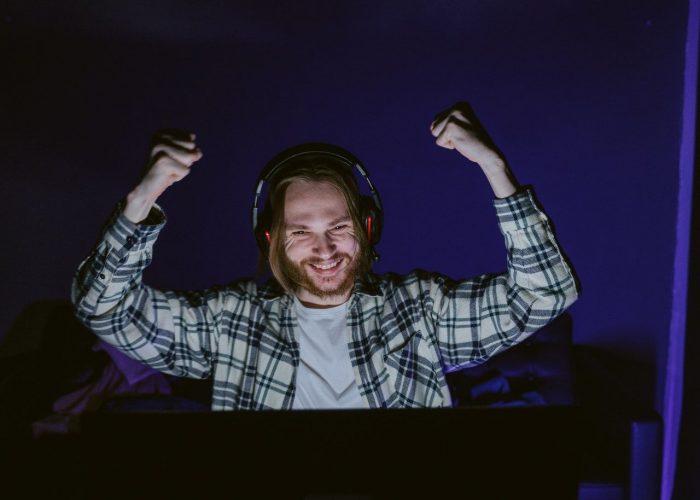 En gamer som är glad, kanske är det för att han har köpt nya snygga gaminghörlurar.